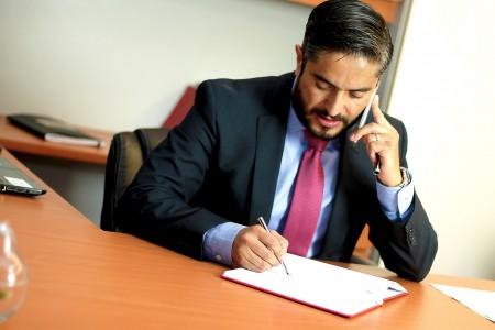 Advocaat in pak aan het werk